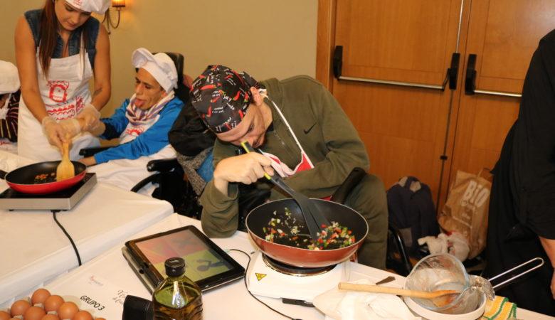 Participantes no concurso de cociña de ASPACE facendo os seus pratos