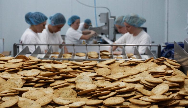 Traballadoras da empresa Daveiga seleccionando as galletas