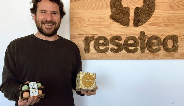 Iñaki Mielgo é o CEO de Resetea e aquí mostra os kits de sementes en forma de bombas de autocultivo