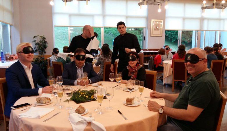 Os alumnos do CIFP Compostela levan dous anos preparando unha cea para persoas cunha disfunción visual