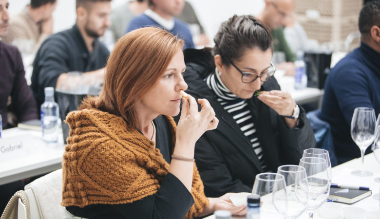 Alumos deste curso no Instituto Galego do Viño nun momento da clase impartida por Dominique Roujou. / FOTOS: AIGIBOGA