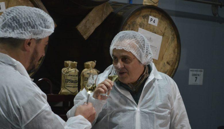 Juan Marqués catando o seu whisky galego na destilería de DStills en Vedra (Santiago de Compostela)