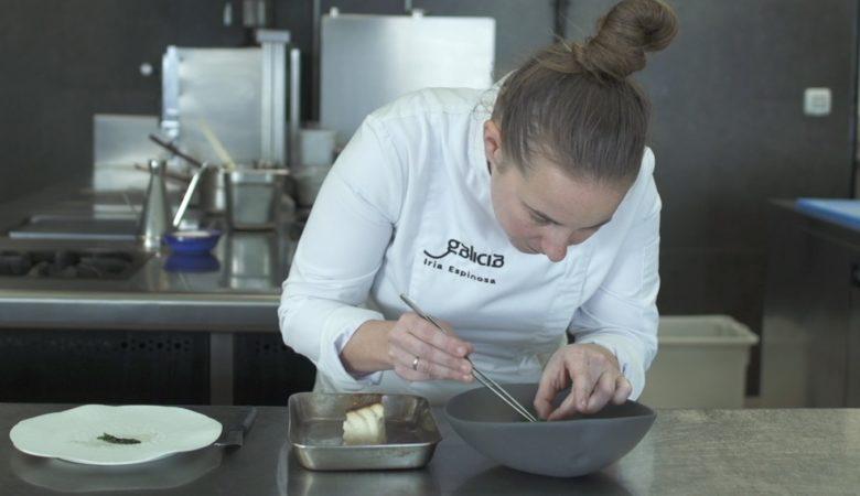 Iria Espinosa facendo un mero á brasa con crema de apiorravo, té de boletus e espinacas