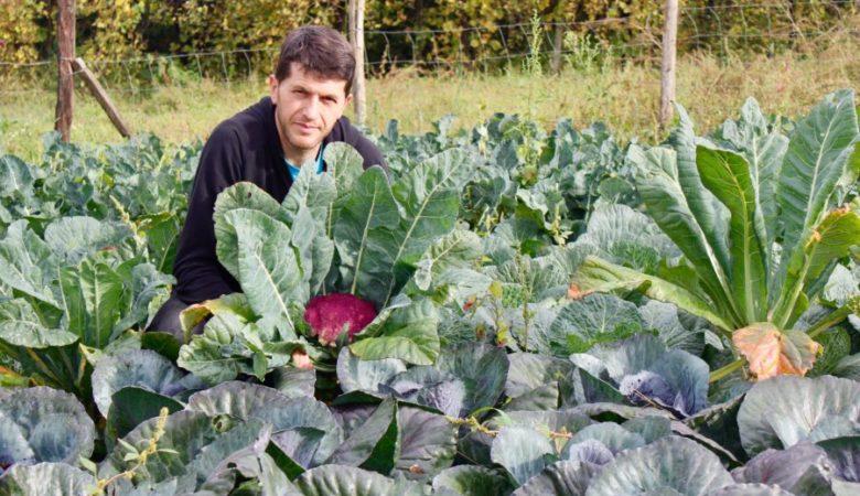 Óscar Fernández na súa horta de A Estrada