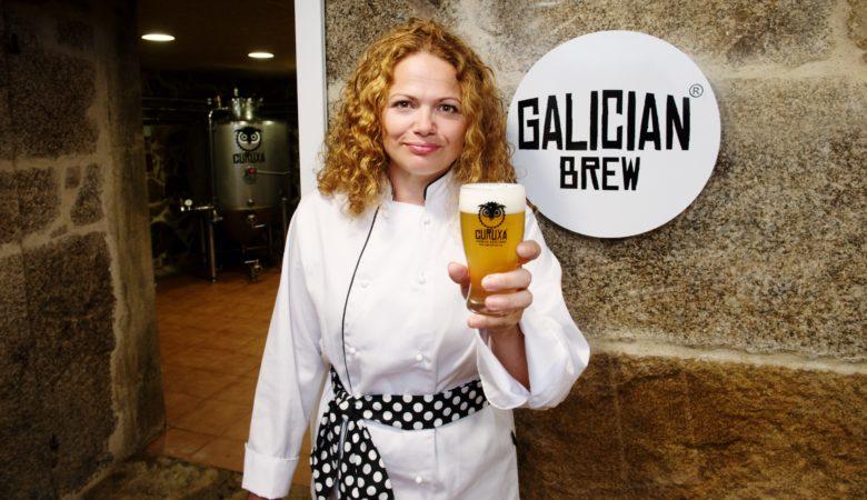 Isabel Viéitez cunha das súas referencias de cervexa artesá