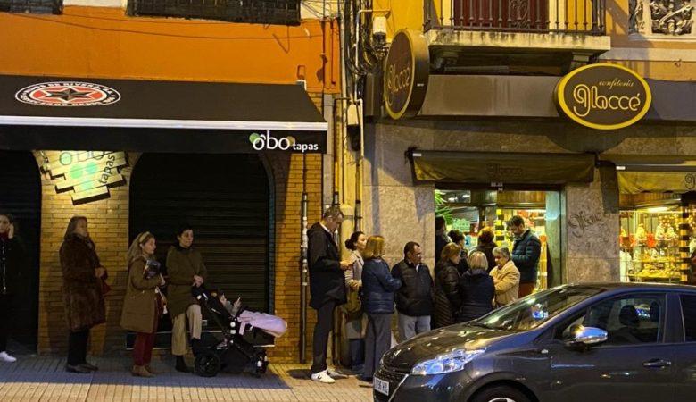 Cando a Confeitería Glaccé pecha o día 5 adoitan quedar moitas persoas na cola sen conseguir a súa rosca de Reis. / FOTO: Javier Torres