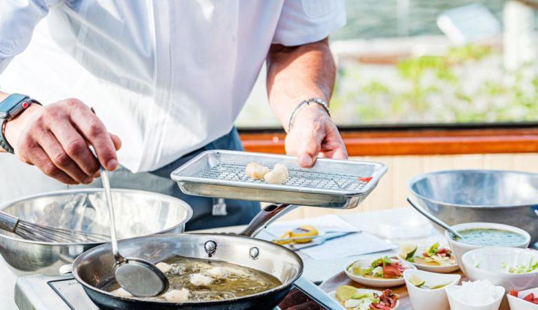 O chef Gerard Viverito facendo un showcooking con este peixe de laboratorio. FOTO: Cedida por BlueNalu