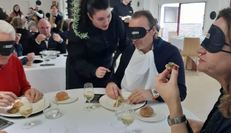 O servizo do xantar a cegas no restaurante pedagóxico do CIFP Carlos Oroza