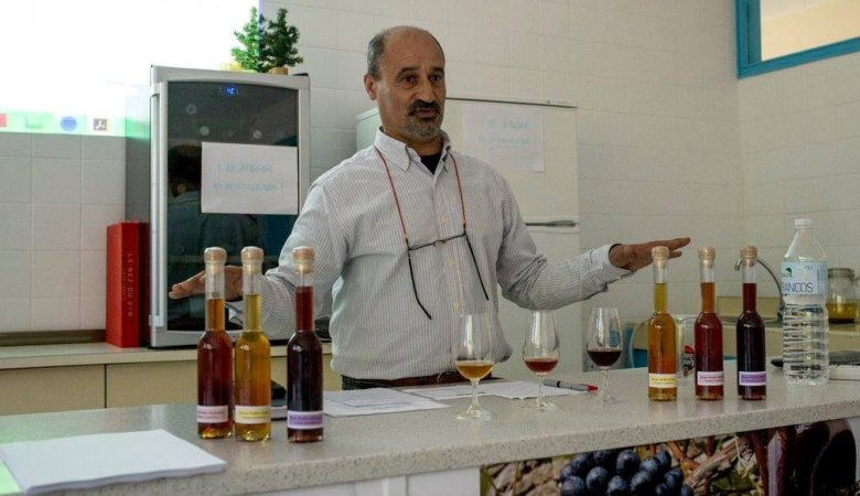 Xoán Pablo Lorenzo, propietario de Albarro, nunha cata dos seus vinagres