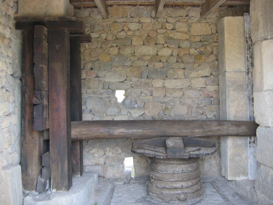 Reconstrución de prensa de viga romana en Volubilis (Marrocos). Fotografía do autor.
