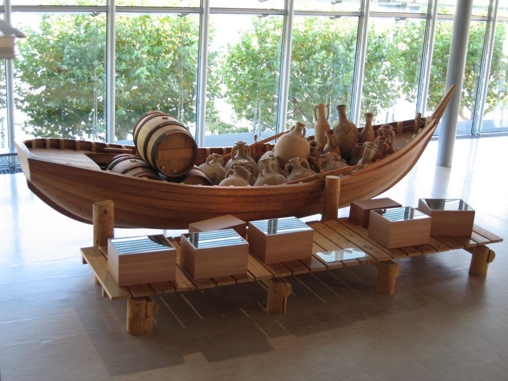Reconstrución de barca de navegación fluvial romana. Musee Galo- Romain Saint-Romain-en- Gal (Vienne, Francia). Fotografía do autor.