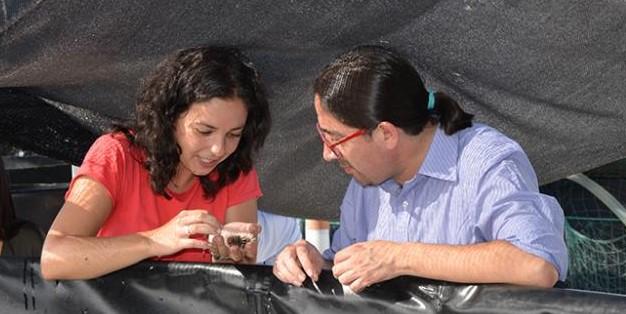 Noelia Tourón amosando un ourizo de mar ao Ministro da Ciencia de Ecuador