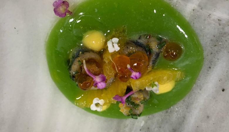 Xouba mariñada con gaspacho de tomate verde e jalapeños, laranxa e caviar de salmón
