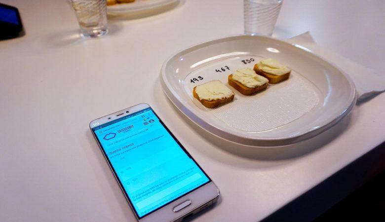 Proba de cata de queixo crema usando o software SensesBit. Imaxes cedidas por TasteLab.