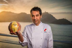 O cociñeiro Javier Olleros co seu premio da Guía Repsol