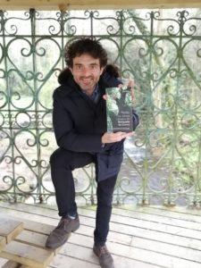 Henrique Alvarellos co seu libro sobre o Banquete de Conxo no propio lugar onde se celebrou