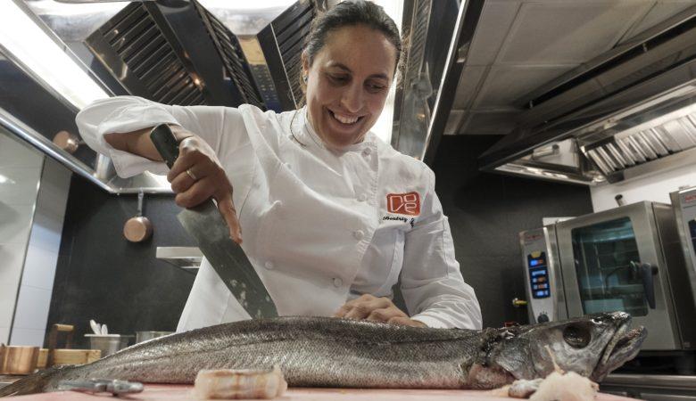 Beatriz Sotelo preparando un peixe na súa cociña