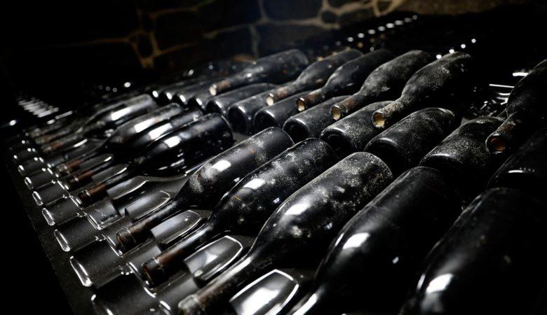 Botellas da adega de Lentille onde repousa o viño máis dun ano