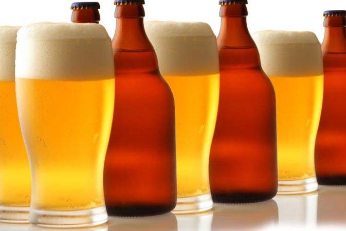 Cervexas louras en vaso e en botella.