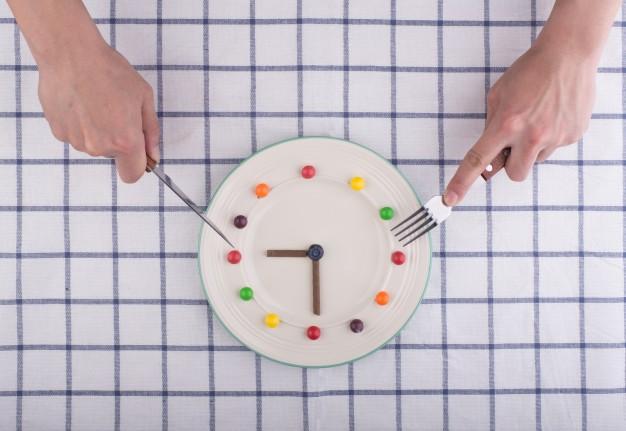 A irregularidade no horario das comidas durante as fins de semana pódenos facer engordar.