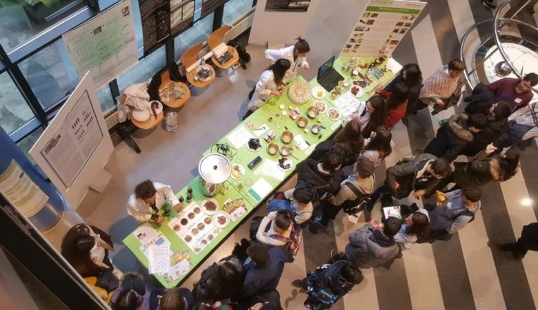 Unha demostración con alumnos de Tecnoloxía dos Alimentos.
