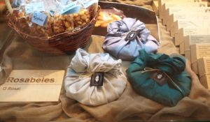 Rosabeles recupera unha vella receita familiar para facer pastas con mirabel. Foto: Rosabeles.