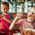 Nenos e comida